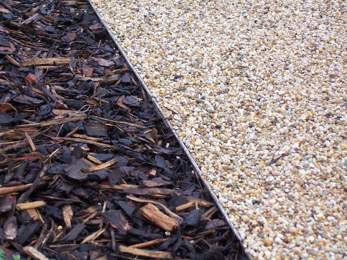 Lawn edging with bark and gravel